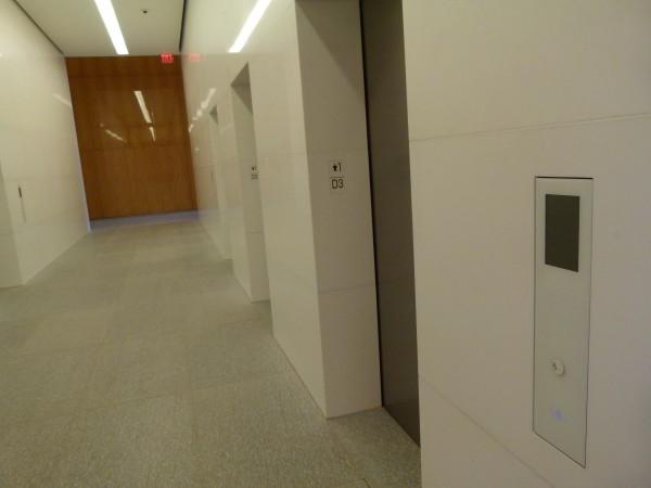 Der Fahrstuhl erinnert an das Apple-Design.