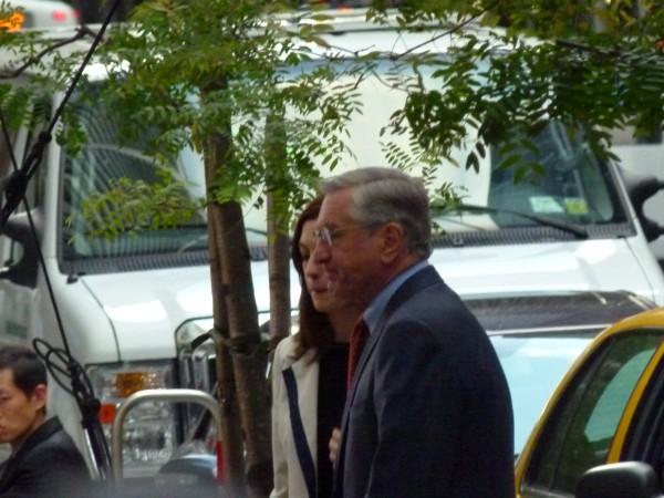 """Robert De Niro (71) auf der Water Street nahe der Wall Street mit Hollywood-Star Anne Hathaway. Bei Filmarbeit zu """"The Intern""""."""