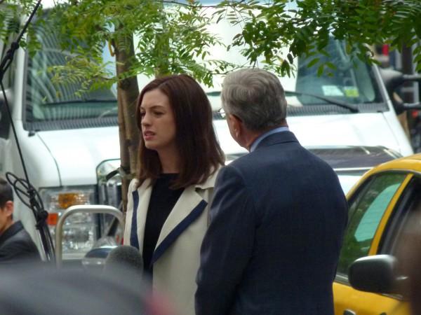 Auf meinem Foto sehen Sie: Robert De Niro und Anne Hathaway bei Dreharbeiten in der Wall Street im Finanzviertel.