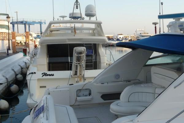 Yacht im reichen Strandparadies Marbella.