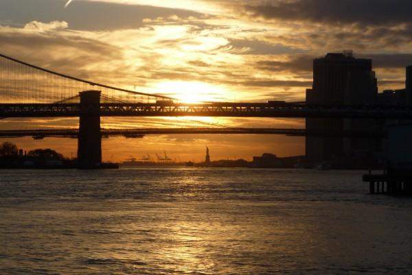 Sonnenuntergang hinter der Brooklyn Brücke
