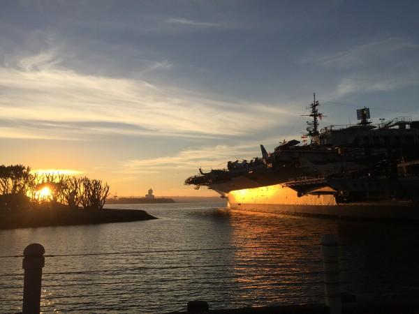 Die Informationsflut kann einem wie ein Krieg vorkommen. Der Mensch verliert die Richtung. Wichtig ist, um an der Börse Erfolg zu haben, Ruhe zu bewahren. Niemals in Panik zu verfallen. Ertragen Sie einfach die Volatilität mitsamt der Informationsflut. Mein Foto: San Diego Hafen, Flugzeugträger.