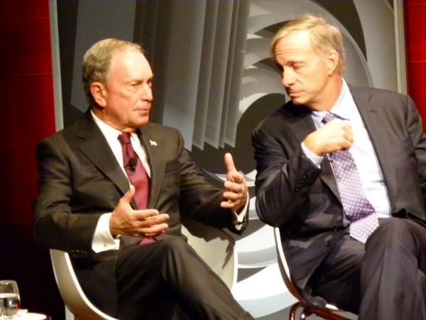 Michael Bloomberg (links auf dem Foto): Eine Abfindung nutzte er als Startkapital für sein Medienkonglomerat Bloomberg, später wurde er Bürgermeister in NYC. Rechts im Foto Ray Dalio. Er leitet einen der größten Hegefonds der Welt.