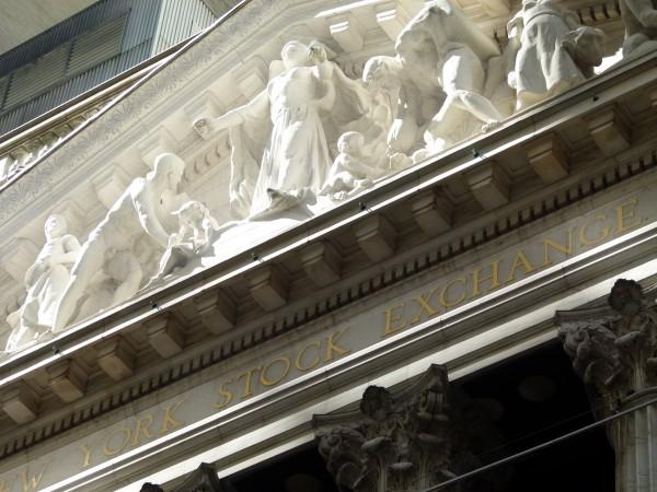 Nicht immer scheint die Sonne so schön auf die New York Stock Exchange. Die Börse hat auch dunkle Seiten. Bei Pennystocks lässt sich am einfachsten der Kurs manipulieren. Daher sollten Sie aufpassen.