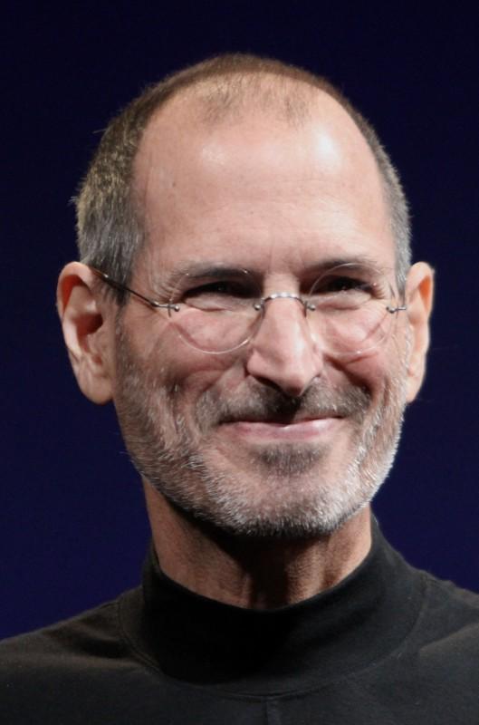 Steve Jobs (Foto Wikipedia Matt Yohe). Er hatte keinen Uni-Abschluss, aber große Träume. Weil er kein Geld hatte, schlief er als Student bei Freunden auf dem Boden. Einmal pro Woche kaufte er sich ein gutes Essen. Er sammelte Leergut. An seinen Aktieninvestments hielt er langfristig fest. Die Disney-Aktien aus dem Verkauf seiner Pixar-Anteile (Hollywood Studio) gingen in eine Stiftung über, die seine Gattin steuert.