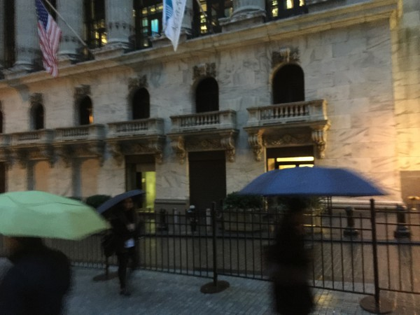 Regen vor dem Börsengebäude an der Wall Street.