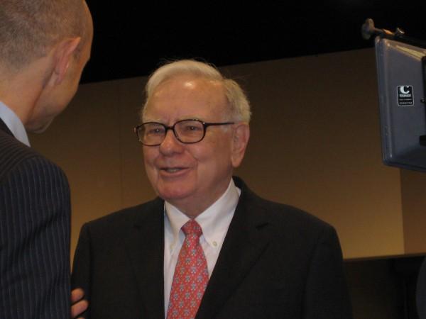 Mein Foto zeigt Warren Buffett vor einigen Jahren auf seiner Hauptversammlung in Omaha im Gespräch mit einem TV-Reporter
