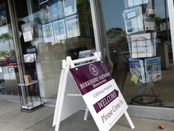 """Die Maklerfirma """"Berkshire Hathaway PropertyServices"""" schießt wie Pilze aus dem Boden. Überall sehe ich neuerdings solche Büros. Wie hier in San Diego, Kalifornien."""