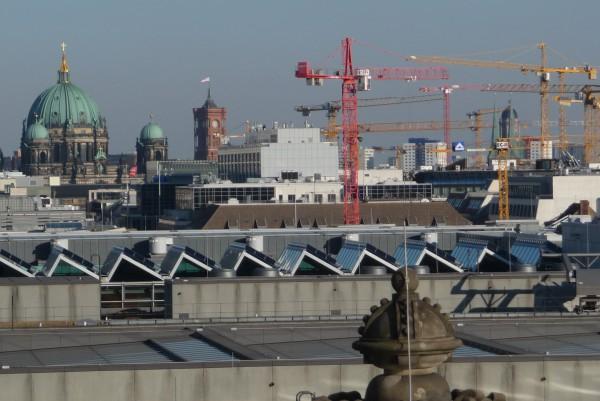 Ein Blick auf Kräne in Berlin. Aufgenommen habe ich es auf der Dachterrasse des Reichstags.
