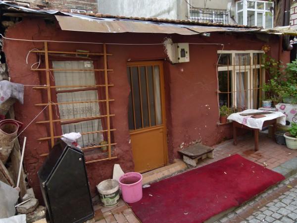 Leben im Alter in Armut: In einem verfallenen Haus.