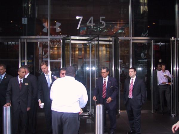 Als die Investmentbank Lehman Brothers pleite ging, herrschte Chaos am Haupteingang. Mitarbeiter verließen in Tränen das Gebäude mit ihrem Hab und Gut in den Händen.