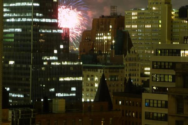 Feuerwerk in New York über dem Hudson River.