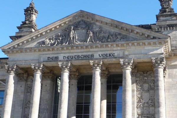 """Der große Säulenbogen am Reichstag: """"Dem Deutschen VOLKE"""". Das erhoffen wir Bürger uns von unseren Politikern."""