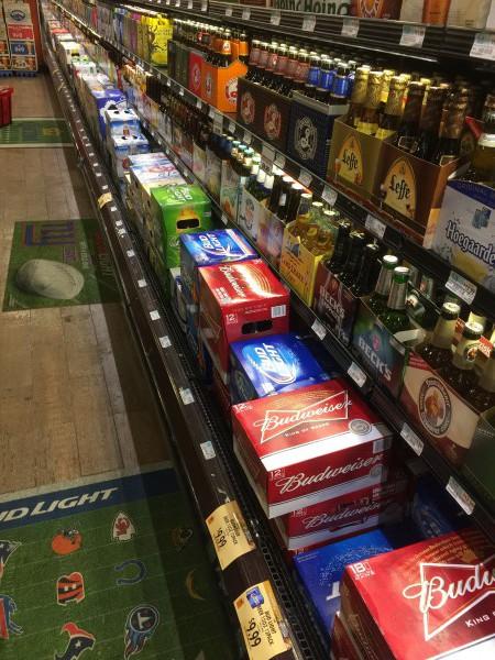 Ein Bierregal in einem New Yorker Supermarkt. Ein Bier oder Glas Wein - das hat sicherlich keine erheblichen negativen Folgen. Wer allerdings beim Alkoholkonsum übertreibt, der legt den Grundstein für viele Krankheiten wie beispielsweise Demenz.
