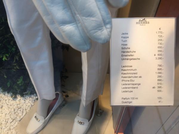 Für die Frau gibt es die Jacke für 1.770 Euro. Dazu die Kappe für 725 Euro. Und natürlich all die anderen Dinge, so dass Sie schnell auf 10.000 Euro kommen (gesehen im Schaufenster am Wiener Stephansdom).
