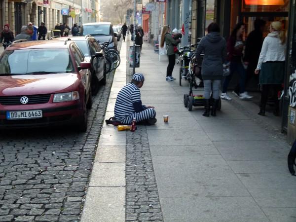 Ein Bettler in der Fussgängerzone. Armut gehört schon heute zum Alltag in Deutschland. Bald wird es mehr Senioren geben, die betteln müssen.