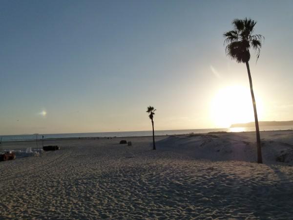 Sie können mit einem bescheidenen Depot Ihren Ruhestand genießen. Sie brauchen keine Million im Aktiendepot, um die goldenen Jahre genießen zu können. Es kommt auf Sie selbst an. Auf Ihre Ansprüche. Ein Urlaub am Sandstrand in San Diego (mein Foto) lässt sich auch mit einem kleinen Aktiendepot genießen.