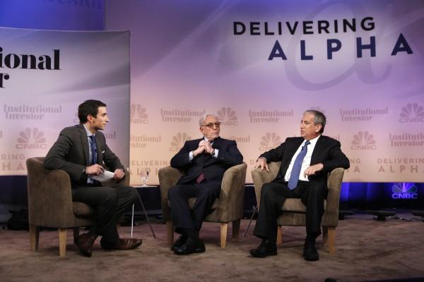 """CNBC-Konferenz """"Delivering Alpha 2014"""". Links sitzt Promi-Journalist Andrew Ross Sorkin. Rechts neben ihm Hedgefondslenker Nelson Peltz (Trian Fund Management) und rechts Ken Moelis, Gründer von Moelis & Company  (Foto: Heidi Gutman/CNBC)"""