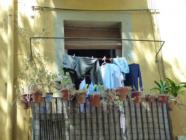Der Nachbar, der seine Wäsche auf dem Balkon nebenan trocknet, kann ein Millionär sein. Reichtum sieht man nämlich nicht. Viele Millionäre leben bescheiden.