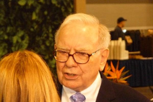 Warren Buffett ist ein Pfennigfuchser. Er meidet Bankgebühren, wo er kann. Auch privat ist er extrem sparsam. Er lebt in dem gleichen Haus, das er 1955 in Omaha kaufte, obowhl er einer der reichsten Menschen ist. Er liebt gebrauchte Autos, weil die günstiger sind. Er mag Hamburger und Coca-Cola von McDonalds.