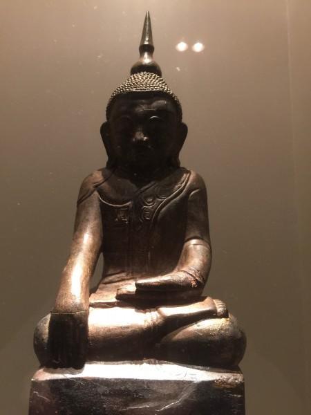 Sie sind ein erfolgreicher Börsianer, wenn Sie Ruhe bewahren können. Kaufen Sie Qualitätsaktien und verkaufen Sie diese nie. Denken Sie so über die hektische Börse, wie dieser sitzende Buddha aus dem 18. Jahrhundert (aus Holz mit Goldschicht).