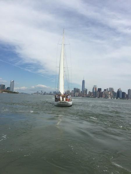 Segelschiff vor Manhattan. Mit ruhiger Hand können Sie durch wilde Börsenzeiten segeln, indem Sie einen Indexfonds kaufen. Und ihn sehr lange behalten. Das ist eine weise Entscheidung.