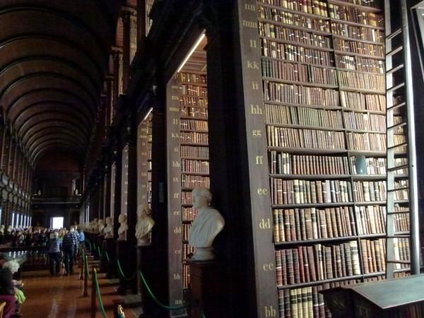 Bibliothek im Triniti-College in Dublin: Seien Sie vorsichtig, was Sie lesen. Achten Sie auf Qaulität und Fakten. Sie würde ja auch kein verdorbenes Essen mutwillig zu sich nehmen.