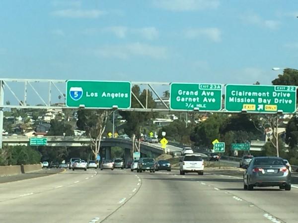 Auf dem Highway Richtung Los Angeles. Autofahren ist wie Investieren. Bewahren Sie einen kühlen Kopf. Fahren Sie angemessen. Nicht aggressiv. Legen Sie den Gurt an. Und versuchen Sie nicht zum Ziel zu rasen, denn das kann böse enden.