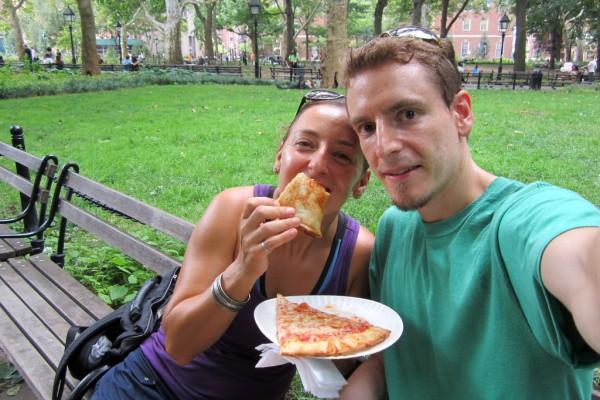 Amanda und Travis arbeiteten, sparten und investieren. Mit Anfang 30 hatten sie eine Million Dollar zusammen. Sie gingen in Führente. Sie machen gerade eine Weltreise. Das Foto machten sie in New York.