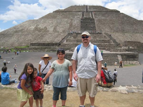 Blogger Justin ging mit seinen drei Kindern und Frau Anfang 30 in den Frühruhestand. Hier besuchte er eine Ruinenstadt nahe Mexico City.