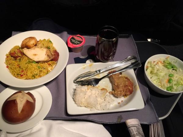 Es gab Huhn xy und Paella. Und einen kleinen Salat. Und ein warmes Brötchen. Ich bestellte Rotwein dazu.