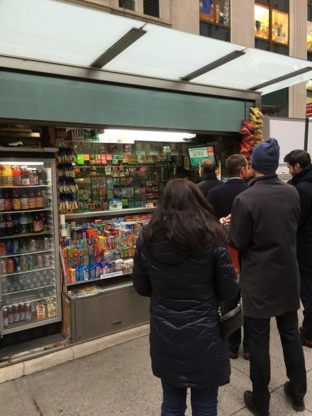 Noch schnell den Lottoschein abgeben. Gesehen im Finanzviertel in New York.