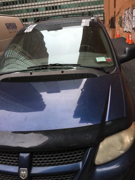 Das Auto fiel mir im Finanzviertel auf. Es sieht ziemlich abgenutzt aus. Dellen, Beulen, Kratzer, Klebeband. Wer fährt es? Vermutlich Rich Dad!