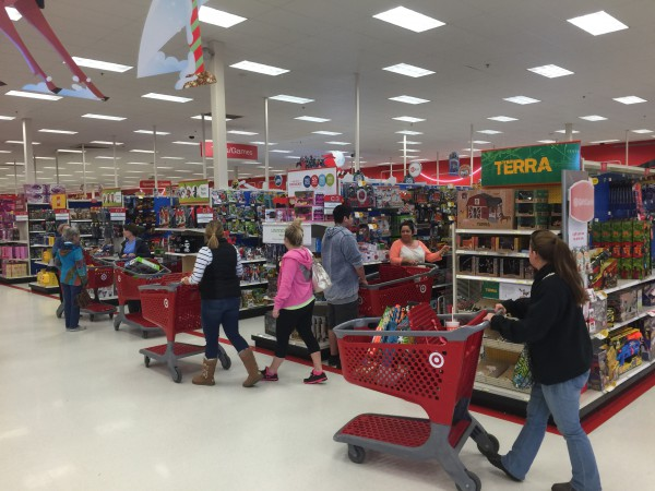 Einkaufen zum Zeitvertreiben. Das machen viele gerne. Das Wochenende verbringen sie im Shoppingstress. Das Konto ist leer, die Schränke sind voll.