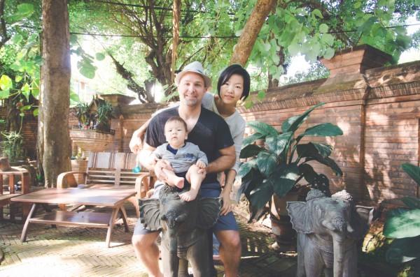 Jeremy xy mit Frau und Baby in Thailand.