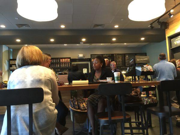 Ein Starbucks-Café. Mit einem Trick können Kunden jetzt für ein Jahr ganz schnell den Gold-Status erreichen.