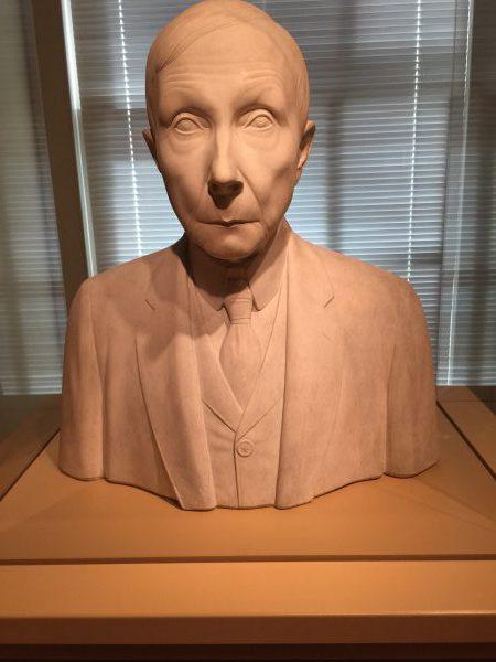 John Rockefeller (1839-1937). Rockefeller gründete 1913 die Standard Oil Company. Er reorganisierte die Ölbranche. Es entstand ein Monopol. Der Geschäftsmann häufte ein privates Vermögen von 900 Millionen Dollar an. Er entschloss sich, große Teile seines Geldes zu spenden.
