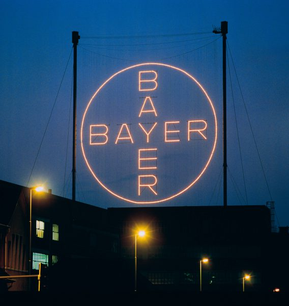 Bayer-Logo am Stammsitz in Leverkusen (Pressefoto Bayer).