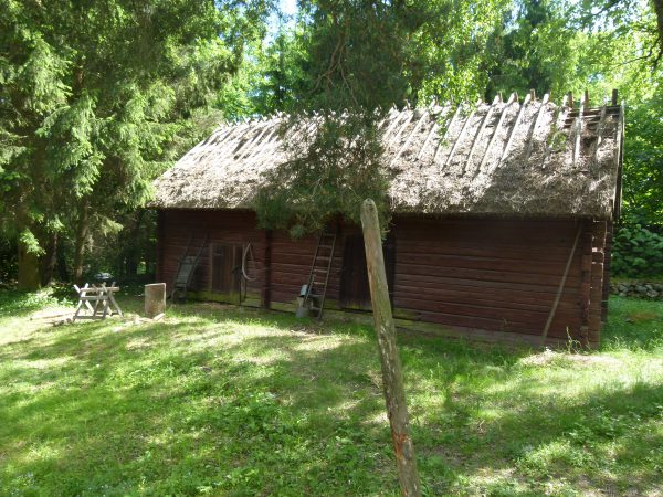 Das ist mein Traum. Ein altes Holzhaus am See. Noch ist es nicht so weit. Ich warte in aller Ruhe ab.
