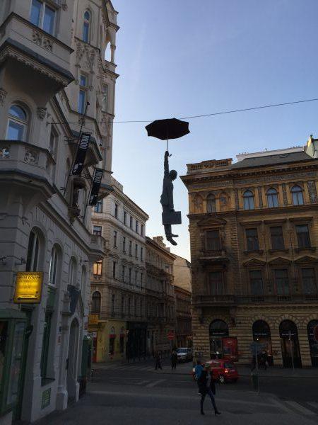 Der Banker fällt vom Himmel mit seiner Aktentasche. Es herrscht Panik an den Börsen nach dem Brexit.