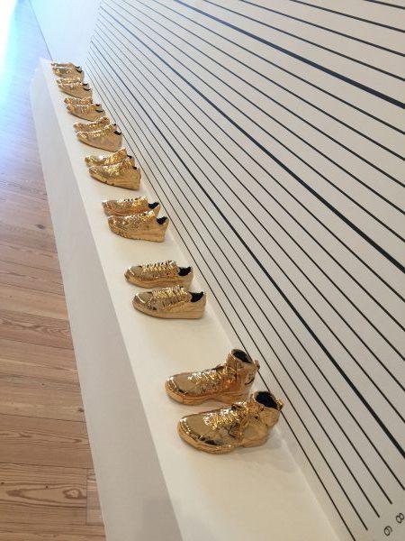 Jetzt gibt es schon vergoldete Sneaker. Irre. Was Konsumenten alles wollen.