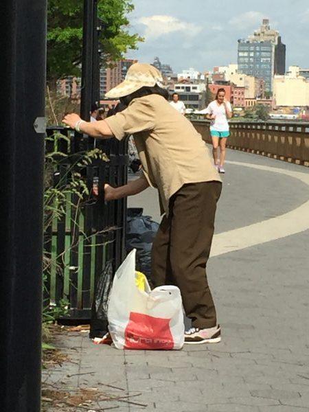 Altersarmut ist rund um den Globus ein Problem in der heutigen Zeit. Auf meinem Foto sehen Sie eine Seniorin in New York am East River beim Leergutsammeln.