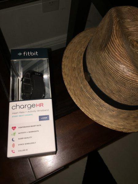 Mein Fitbit-Armband und ein neuer Strohhut dazu. Ich muss mich mehr bewegen.