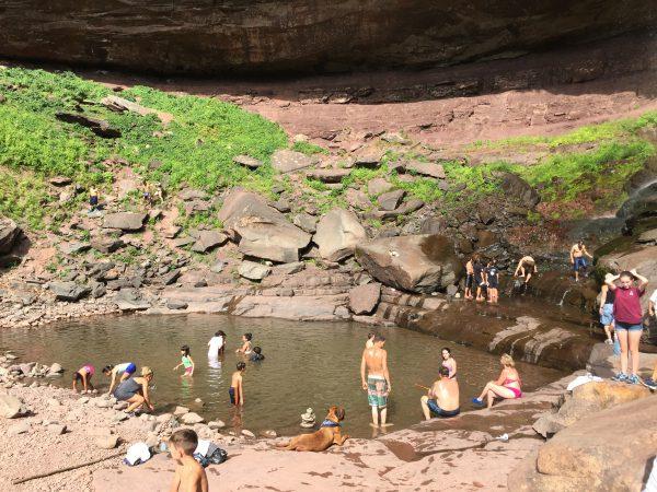Schwimmen unterhalb des Wasserfalls.