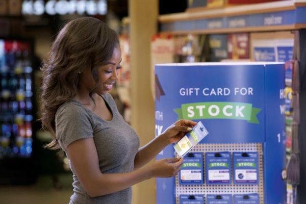 Im Supermarkt können Sie Geschenkkarten mit Aktienanteilen kaufen. Amerinaer verschenken statt Spielzeug zunehmen Aktien von Apple, Nike, Facebook, Alphabet oder eBay. Foto: Stockpile