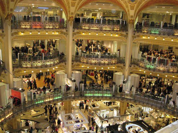 Kaufrausch im Konsumtempel. Parfüm, Kleidung, Schmuck...