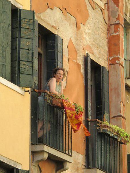 Eine Seniorin in Venedig. Auf der italienischen Insel leben die Menschen sehr bescheiden. Sie haben keine Autos und in der Regel sehr kleine Wohnungen. Trotzdem sind die Menschen sehr zufrieden.