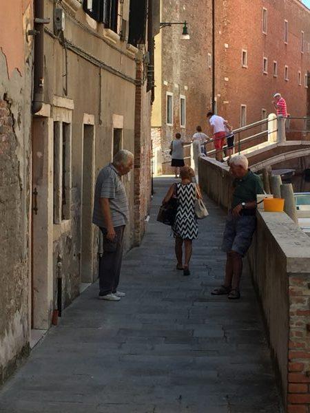 Das einfache Leben in Venedig. Die Senioren treffen sich zum Plausch. Sie sind ständig auf den Beinen.