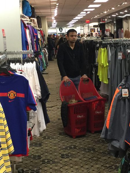 Er kauft Kleidung in New York. Er braucht zwei groß Einkaufskörbe dafür.