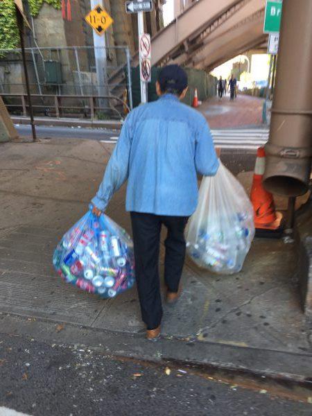 Ich sehe in New York jeden Tag sehr arme Menschen. Dieser Senior trägt Pfandflaschen, die er im Müll gefunden hat, zum Supermarkt. Er erhält je Pfandgut 5 Cent.